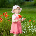 dziewczynka z czerwony kwiat — Zdjęcie stockowe