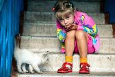 Dziewczyna siedzi i kociak — Zdjęcie stockowe