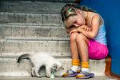 坐在女孩和猫 — 图库照片
