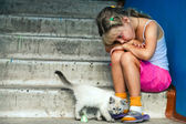 Sitting girl and cat — Stockfoto