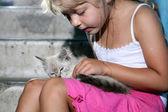 Linda chica con gato — Foto de Stock