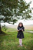 Meisje met boek — Stockfoto