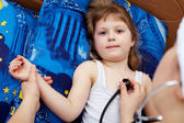 "Snapshot on the theme ""medicine"". Doctor examines a nice girl — Stock Photo"