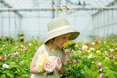 Chica en un invernadero — Foto de Stock