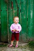 Niña junto a la valla verde — Foto de Stock