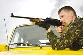 Sniper in camouflage on car — Fotografia Stock