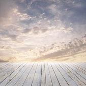 Cielo del atardecer y piso de madera — Foto de Stock
