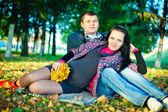 Liefhebbende ouders in park — Stockfoto
