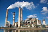 Industriële elektriciteitscentrale met schoorsteen — Stockfoto