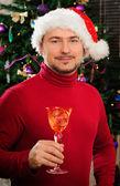 Junge santa claus mit einem glas in ein neues jahr-baum — Stockfoto