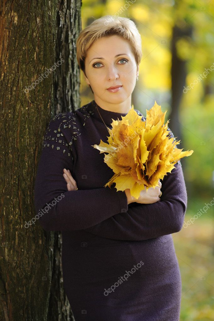 The woman in autumn park — Stock Photo #8740437