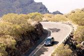 Estrada de montanha com a máscara de aldeia — Foto Stock