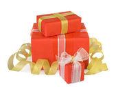 Dovolená dárkové boxy zdobí mašle a stuhy izolovaných na w — Stock fotografie