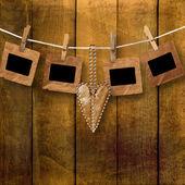 Antiguas diapositivas grunge con el corazón en el fondo de madera — Foto de Stock
