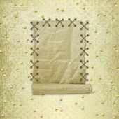 Stará role papíru, visí na zlaté pozadí — Stock fotografie