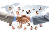 Business-handshakes mit firma team im hintergrund — Stockfoto