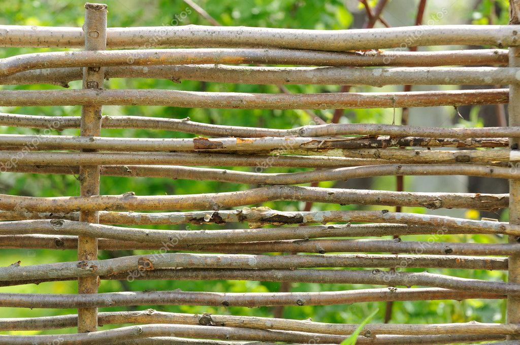 cerca artesanal para jardimCerca de vime no jardim — Fotografias de