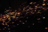 Flusso incandescente di scintille nel buio — Foto Stock