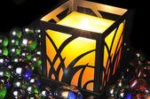 Romantische brandende kaars en decoratief glas stenen — Stockfoto