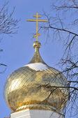 Cupola dorata della chiesa ortodossa russa con croce — Foto Stock