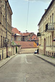 VILNIUS, LITHUANIA - 22 July 2010: A narrow street in Vilnius Old town — Stock Photo