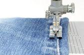Maszyna do szycia i tkaniny jeans — Zdjęcie stockowe