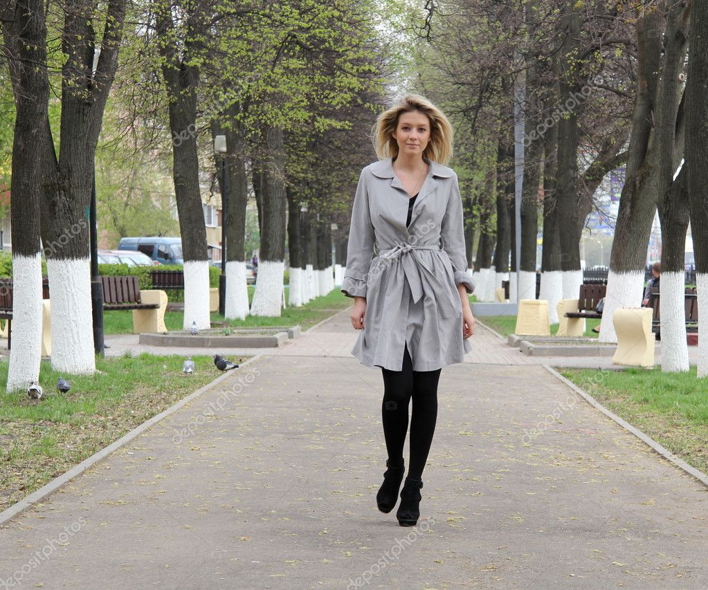 Yong mujer caminando en el parque — Foto de stock © Kirill #3006952