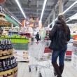 Young woman shopping at supermarket - 图库照片