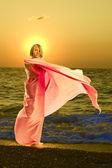 Linda garota está à beira-mar — Foto Stock