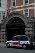 Black cabs parked near Bloomsbury Street Hotel in London, UK — Stock Photo