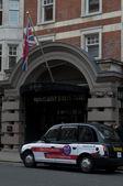 Taxis negros estacionado cerca del hotel bloomsbury street en Londres, Reino Unido — Foto de Stock