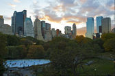 New York City skyline .Ice Skate rink — 图库照片