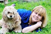 женщина и ее смешно собака — Стоковое фото