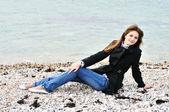 Spokojna dziewczyna, w pobliżu morza — Zdjęcie stockowe