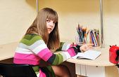 Ragazza adolescente di scrittura — Foto Stock
