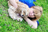 Woman playing with dog — Stockfoto