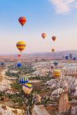 Hete luchtballon vliegen over turkije van cappadocië — Stockfoto