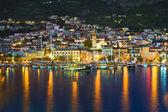 Ciudad makarska en croacia por la noche — Foto de Stock