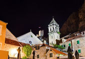 在 omis,克罗地亚在晚上老堡 — 图库照片