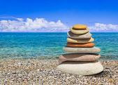 Stapel stenen op strand — Stockfoto