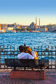 Man and woman on bench at Istanbul Turkey — 图库照片