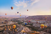 热气球飞越卡帕多西亚土耳其 — 图库照片