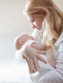 Yeni doğan bebeğin annesiyle — Stok fotoğraf
