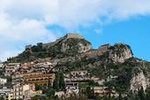 Monte Tauro with Saracen Castle and monastery above Taormina in Sicily — Stock Photo