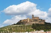 Medieval La Mota castle on the hill in Andalusia, Spain — Stock Photo