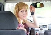 車のキーを持つ若い笑顔の女性 — ストック写真