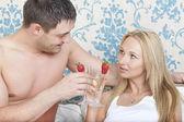 Para pitnej w łóżku — Zdjęcie stockowe