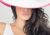 Fashion photos delightful woman in a white hat — Stok fotoğraf