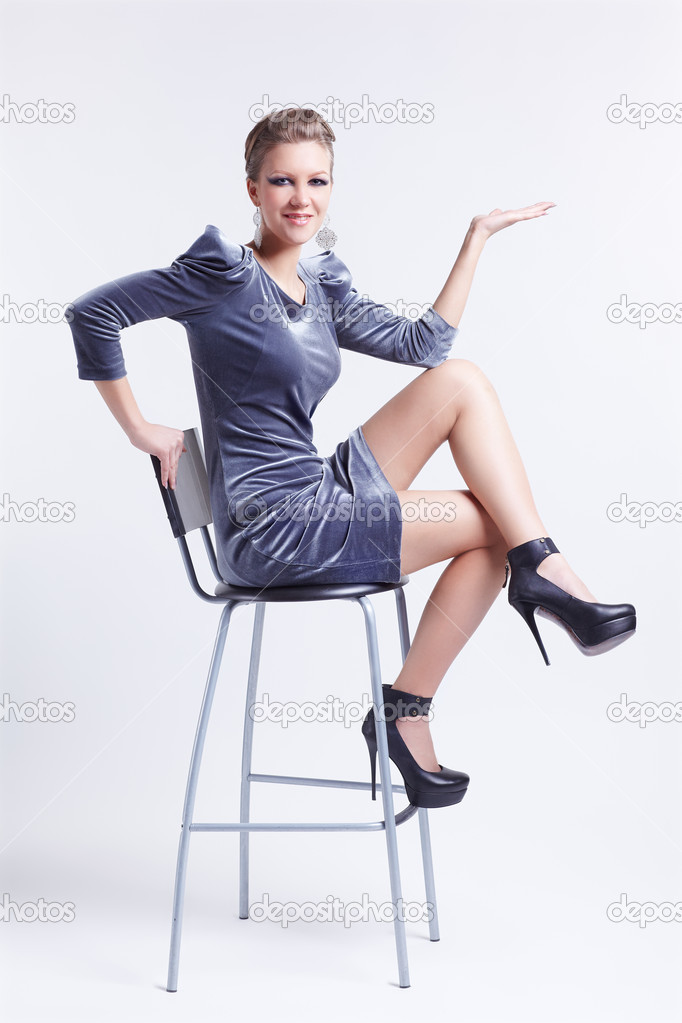 golaya-na-stule-s-razdvinutimi-nogami