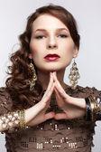 Vacker brunett i smycken — Stockfoto